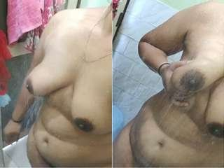Exclusive- Sexy Desi Bhabhi Record Her Bathing Clips for Lover