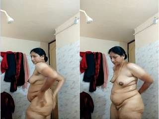Today Exclusive- Sexy Aunty Record Bathing Video