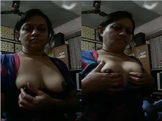 Today Exclusive- Sexy Bhabhi Showing Her Boobs