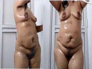 Exclusive- Desi Bhabhi Bathing