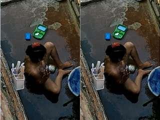 Today Exclusive- Cute Desi girl OutDoor Bathing