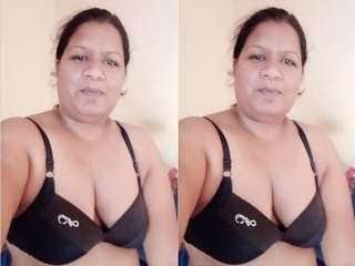 Today Exclusive- Bhabhi Play With Her Boobs