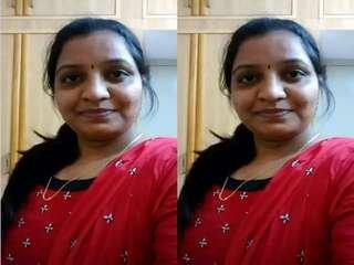Today Exclusive- Sexy Desi Bhabhi Showing Boobs