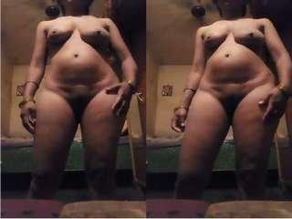 Today Exclusive- Desi bhabhi Showing Her Nude Body