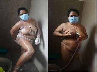 Today Exclusive- Desi Mallu Bhabhi Showing her Bathing