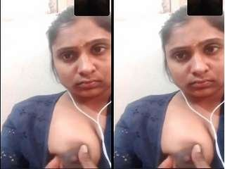 Today Exclusive-Cute Desi Girl Showing Her Boobs