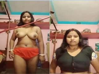 Today Exclusive –  Sexy Desi Boudi Showing her Boobs